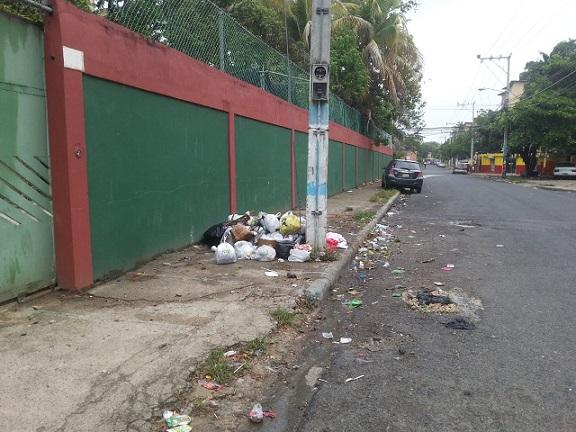 Instalan depósito de basura en puerta lateral de la escuela Celina Pellier