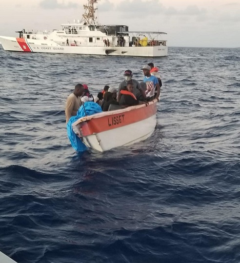 Armada rescata de 4 personas que naufragaron luego de haber robado una embarcación en Puerto Plata